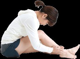 爪の痛みに悩む女性