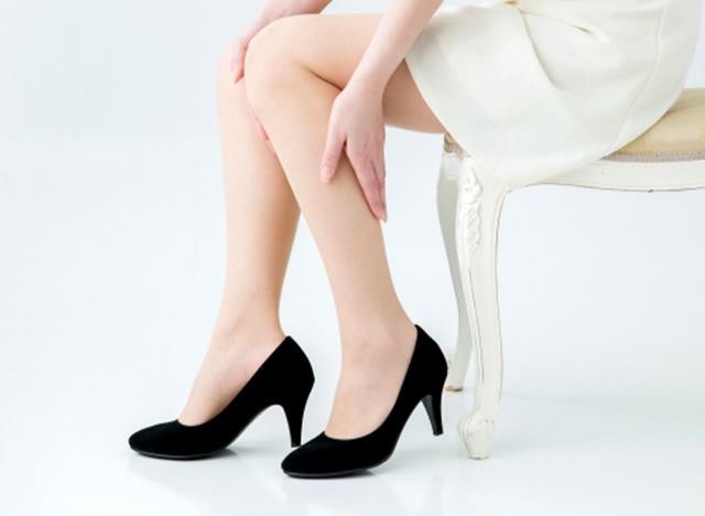 足に合わない靴を履いている女性