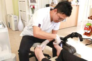 足の施術の様子